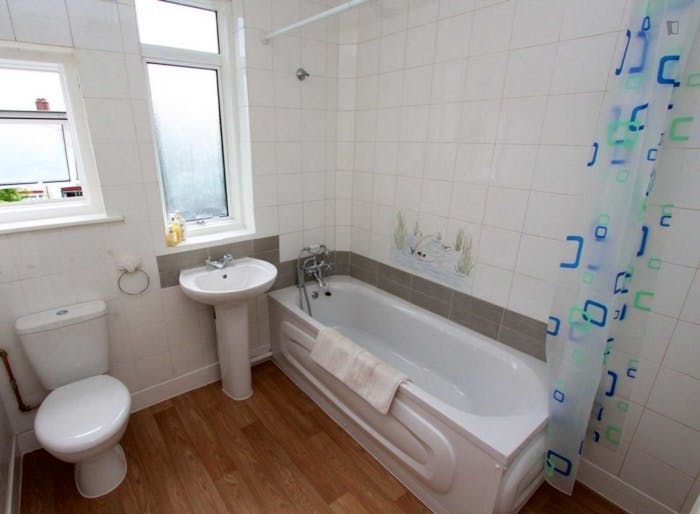 Well-lit double bedroom in Waltham Forest  - Gallery -  9