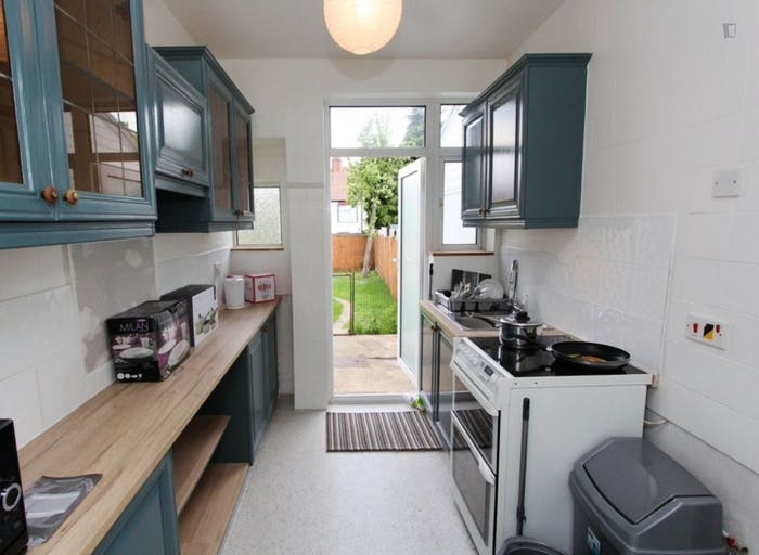 Well-lit double bedroom in Waltham Forest  - Gallery -  7