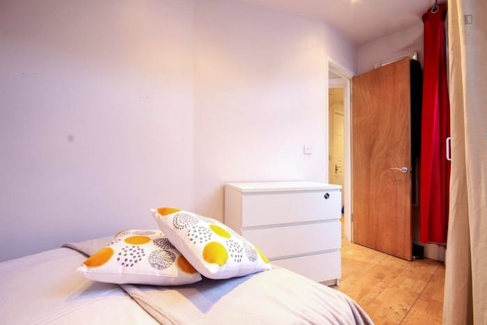 Very cool double bedroom in St. Pancras  - Gallery -  2