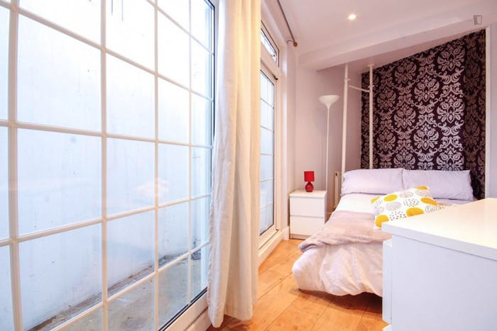 Very cool double bedroom in St. Pancras  - Gallery -  1