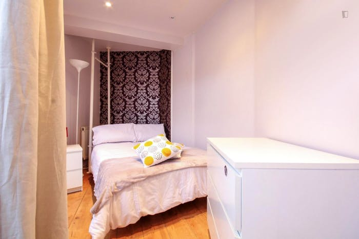 Very cool double bedroom in St. Pancras  - Gallery -  3