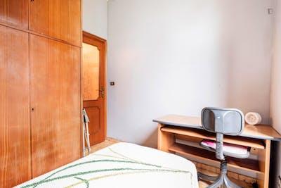 Single bedroom in 4-bedrooms apartment