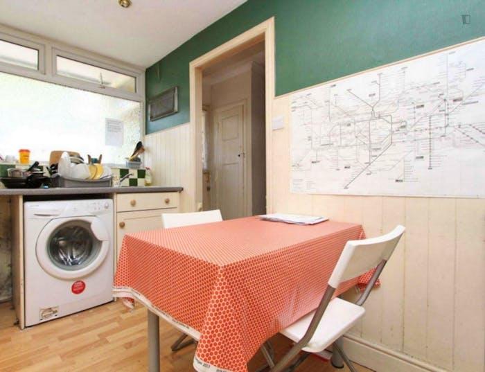 Well-lit double bedroom in Poplar  - Gallery -  5