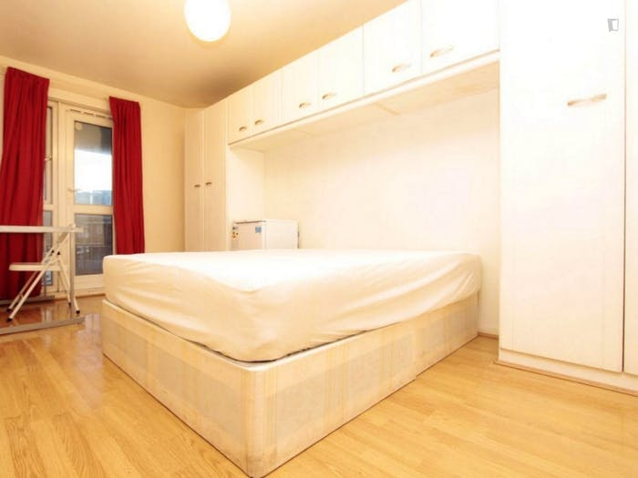 Well-equipped double bedroom in Poplar  - Gallery -  1