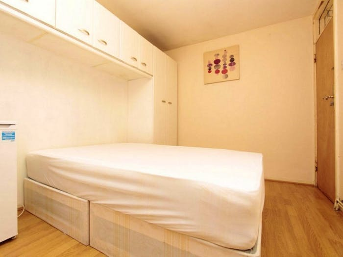 Well-equipped double bedroom in Poplar  - Gallery -  2