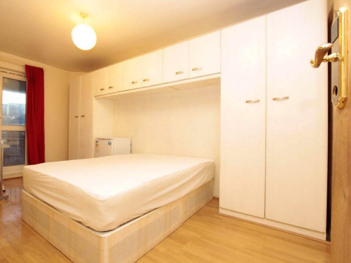 Well-equipped double bedroom in Poplar  - Gallery -  4