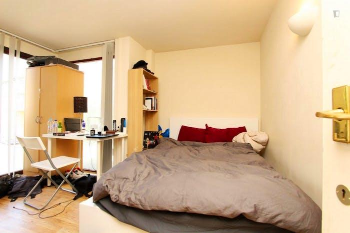Well-lit double bedroom in Blackwall  - Gallery -  1