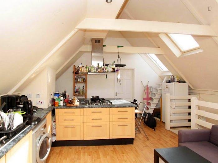 Well-lit double bedroom in Blackwall  - Gallery -  6