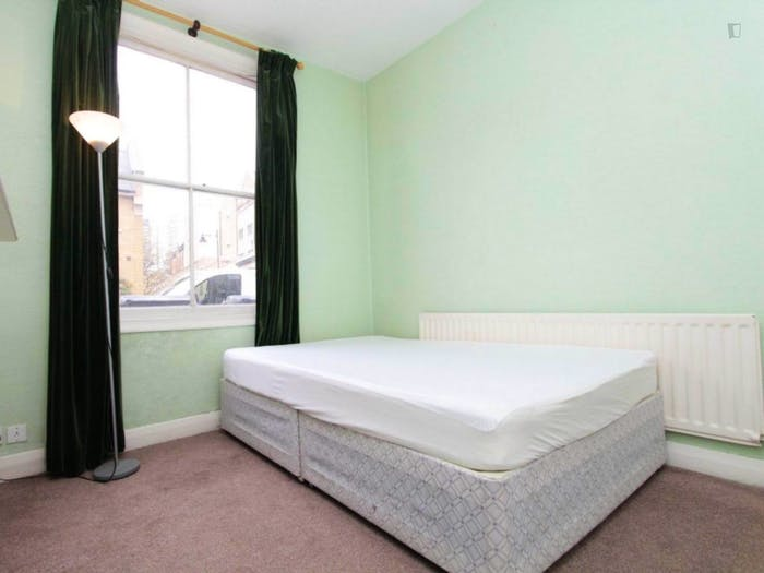 Well-lit double bedroom in Blackwall  - Gallery -  2