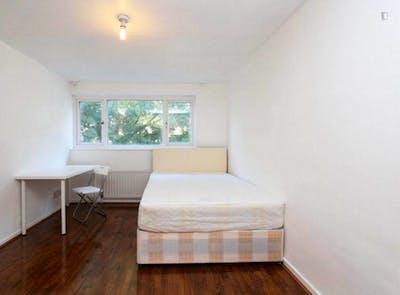 Tasteful double bedroom in Stratford  - Gallery -  2