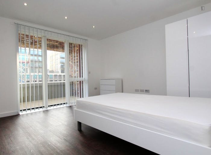 Unique double bedroom, with private balcony, in Beckton  - Gallery -  6