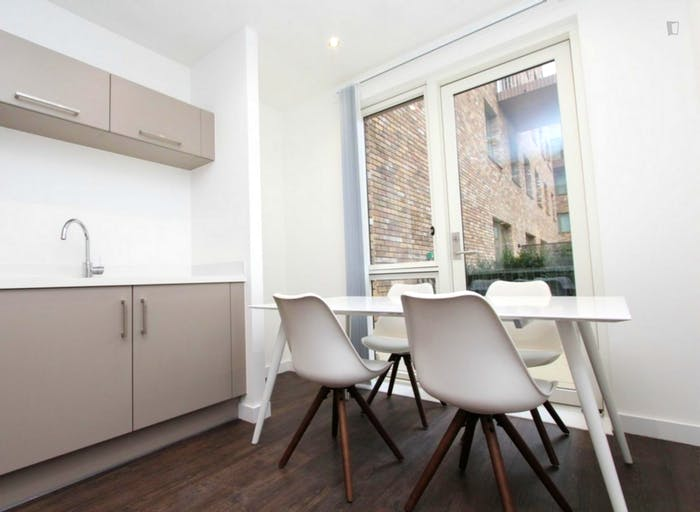Unique double bedroom, with private balcony, in Beckton  - Gallery -  8