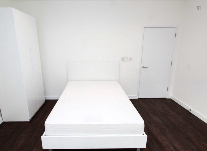 Unique double bedroom, with private balcony, in Beckton  - Gallery -  5