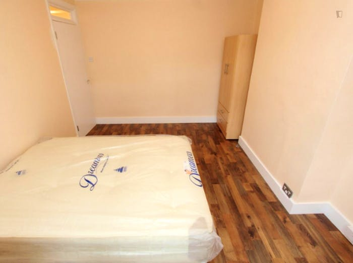 Welcoming double bedroom near the Leyton Midland Road train station  - Gallery -  4
