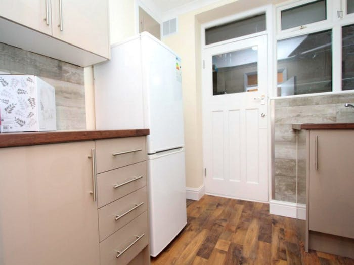 Welcoming double bedroom near the Leyton Midland Road train station  - Gallery -  9