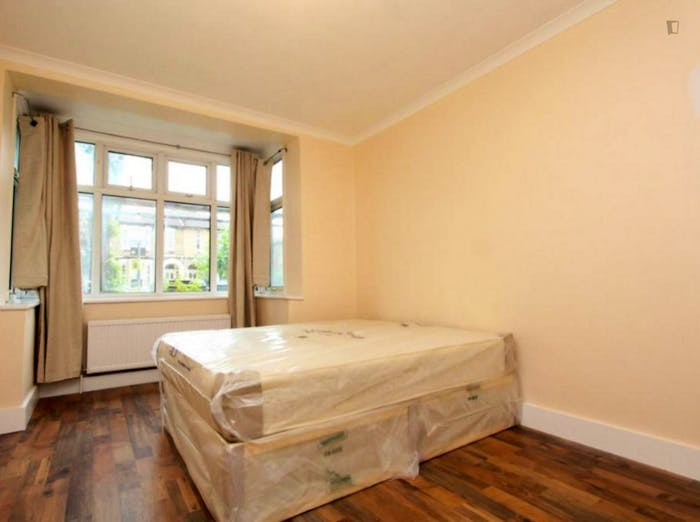 Welcoming double bedroom near the Leyton Midland Road train station  - Gallery -  2