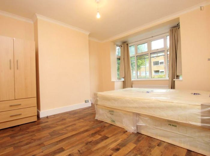 Welcoming double bedroom near the Leyton Midland Road train station  - Gallery -  1