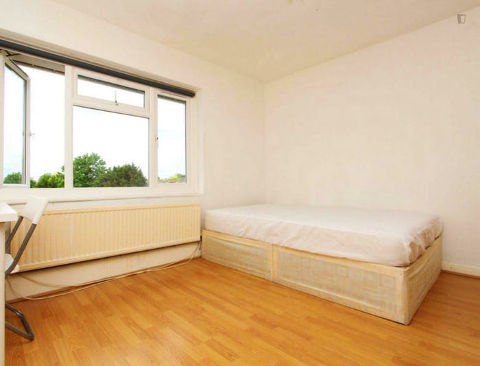 Well-lit double bedroom in a 3-bedroom flat  - Gallery -  1