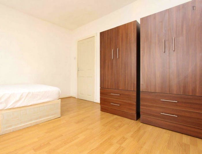 Well-lit double bedroom in a 3-bedroom flat  - Gallery -  4