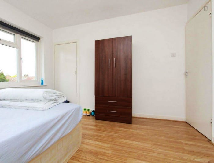 Well-lit double bedroom in a 3-bedroom flat  - Gallery -  2