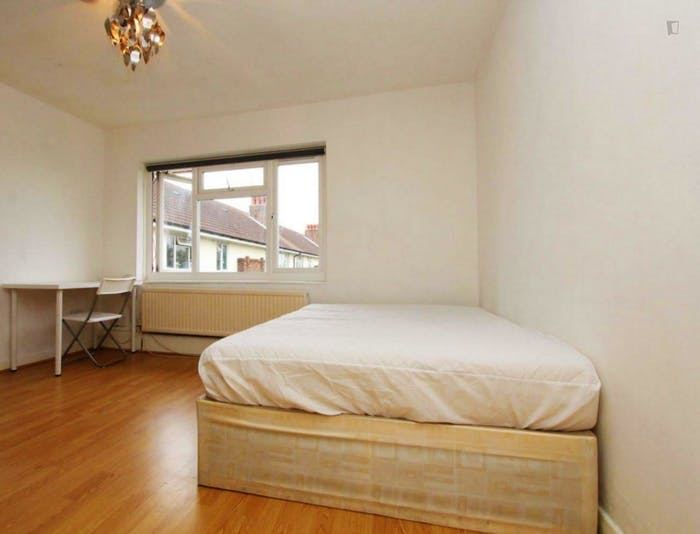 Well-lit double bedroom in a 3-bedroom flat  - Gallery -  5