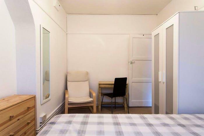 Welcoming double bedroom in Shepherd's Bush  - Gallery -  4