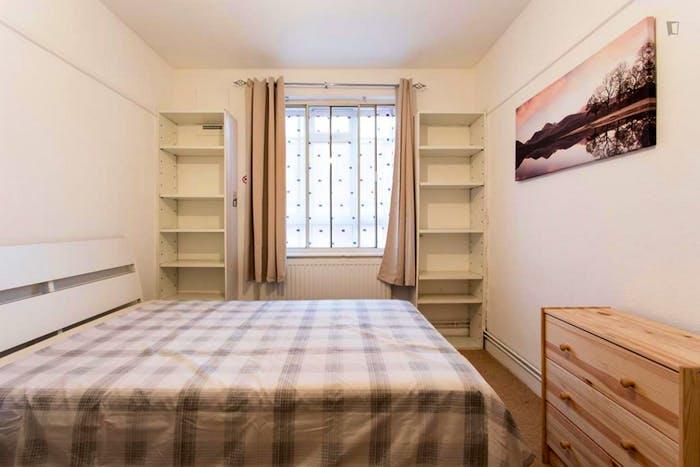 Welcoming double bedroom in Shepherd's Bush  - Gallery -  1