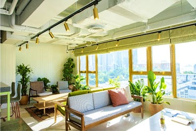 Luxury High-Rise Apt. w/ Stunning Rooftop View + Coworking