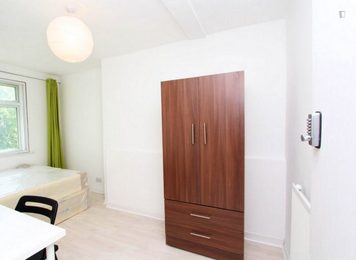 Warm double bedroom in up-and-coming Poplar  - Gallery -  3
