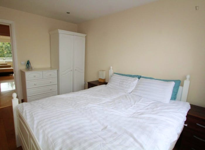 Well-equipped double bedroom in St John's Wood  - Gallery -  2