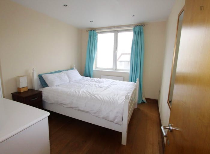Well-equipped double bedroom in St John's Wood  - Gallery -  1