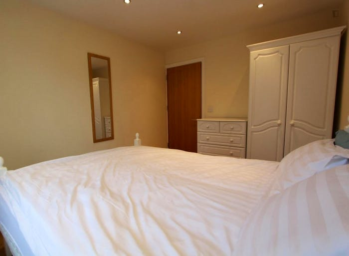 Well-equipped double bedroom in St John's Wood  - Gallery -  3