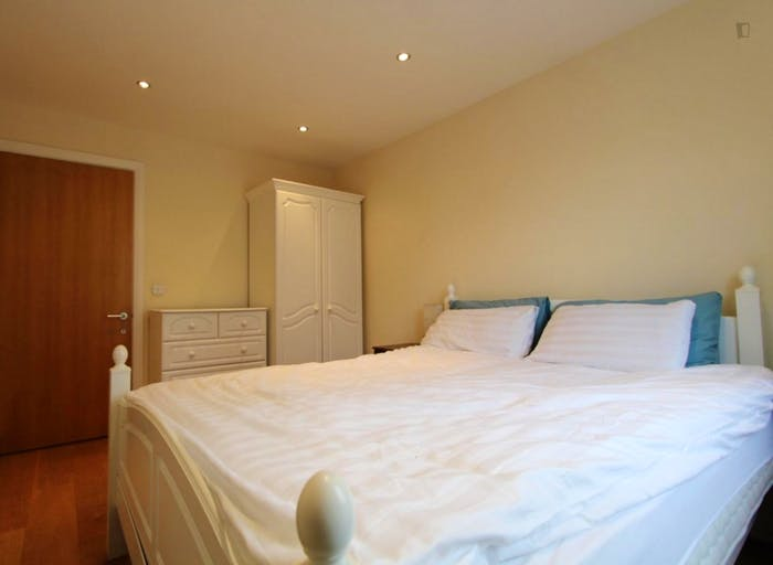Well-equipped double bedroom in St John's Wood  - Gallery -  4