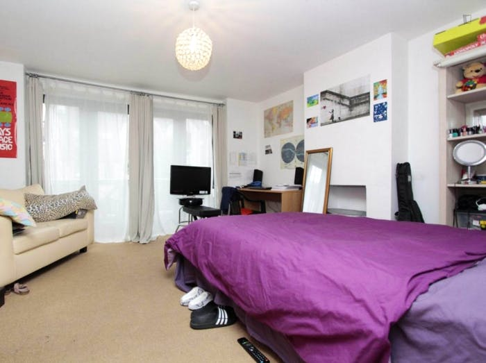 Well-lit double bedroom in Isle of Dogs  - Gallery -  1