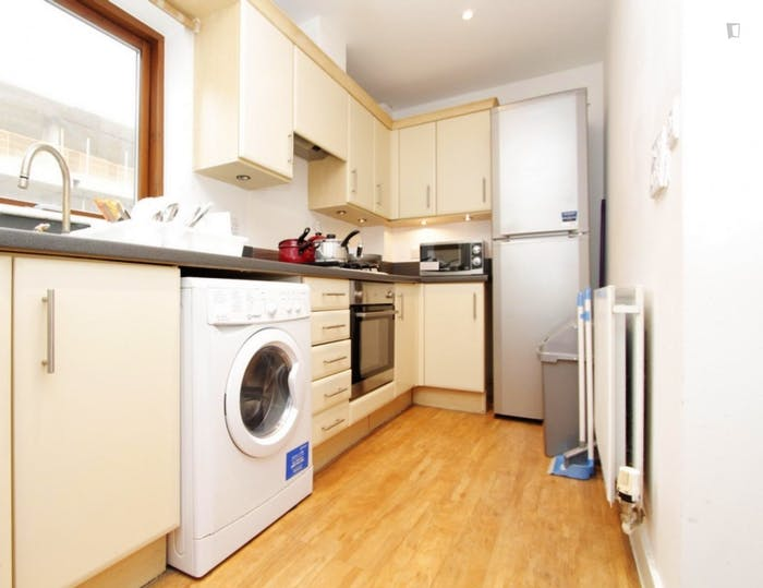 Warm double bedroom, with private balcony, in Poplar  - Gallery -  6