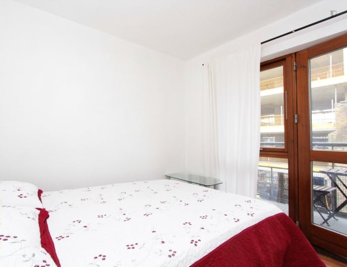 Warm double bedroom, with private balcony, in Poplar  - Gallery -  2