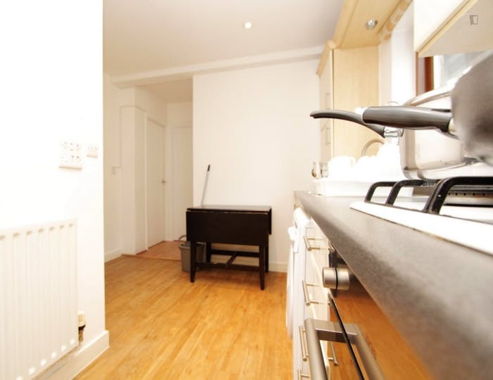 Warm double bedroom, with private balcony, in Poplar  - Gallery -  5