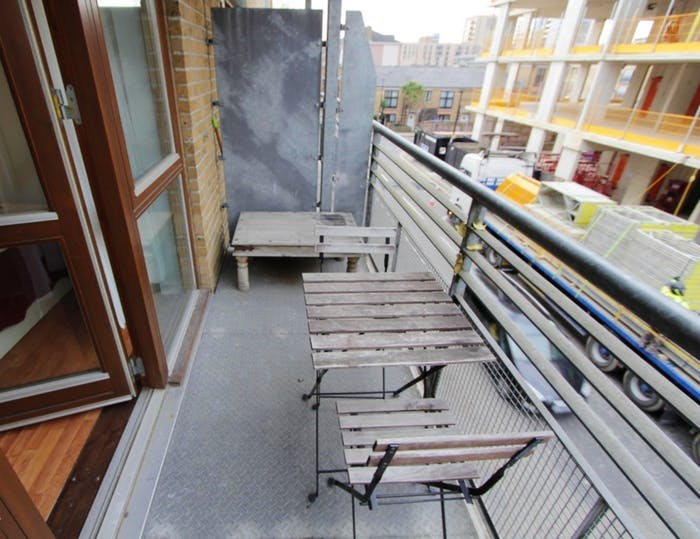 Warm double bedroom, with private balcony, in Poplar  - Gallery -  3