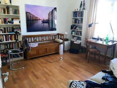 Single bedroom in a 5-bedroom Westend