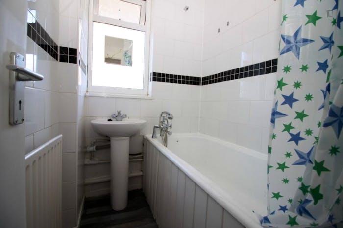 Welcoming double bedroom in Mile End  - Gallery -  8