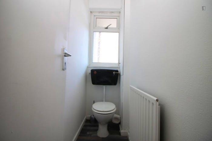 Welcoming double bedroom in Mile End  - Gallery -  9