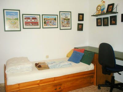 Nice single bedroom in a two bedroom apartment.