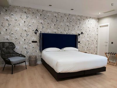 Elegant double ensuite bedroom in a residence, in the centre of Burgos