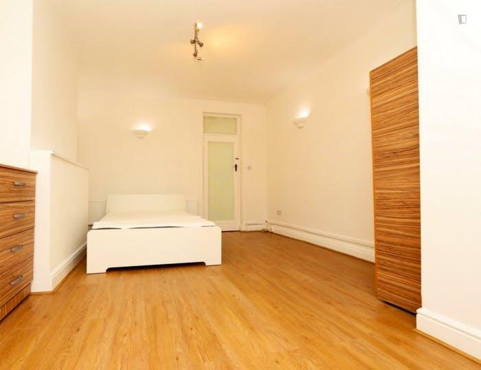 Warm double bedroom in the trendy Barnet neighbourhood  - Gallery -  3