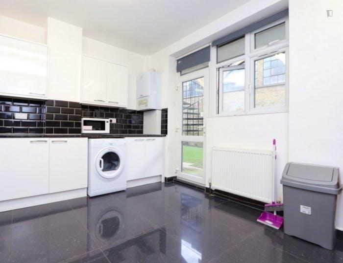 Warm double bedroom in the trendy Barnet neighbourhood  - Gallery -  4
