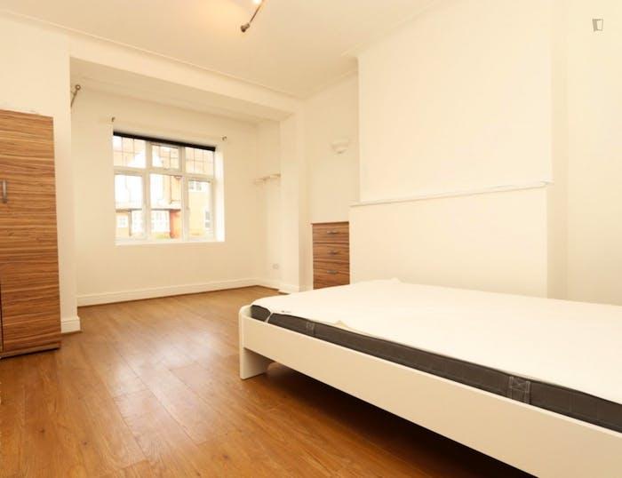 Warm double bedroom in the trendy Barnet neighbourhood  - Gallery -  2
