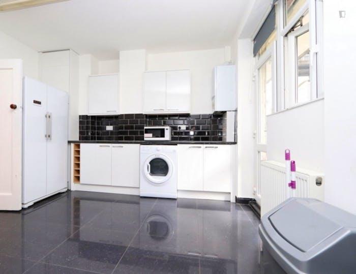 Warm double bedroom in the trendy Barnet neighbourhood  - Gallery -  6