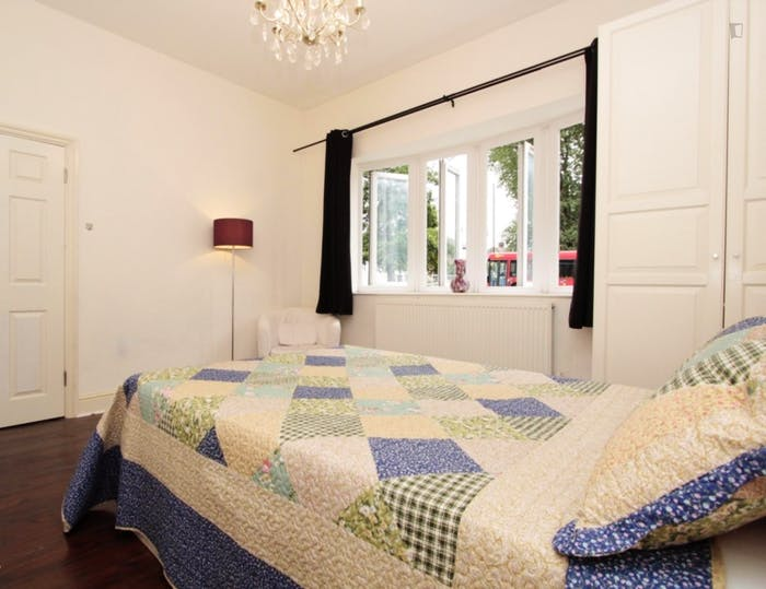 Well-lit double bedroom in Isle of Dogs  - Gallery -  2