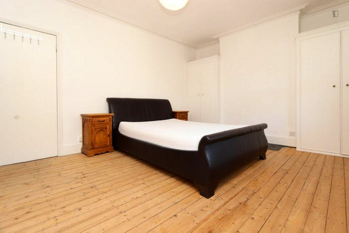 Vintage single bedroom in a 4-bedroom apartment near Queen's Park metro station  - Gallery -  1
