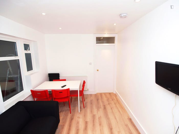 Welcoming double bedroom close to Tottenham Hale station  - Gallery -  3